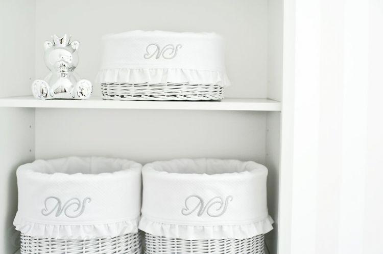 Caramella - Zestaw Białych, Okrągłych Koszy z Obszyciem Shiny z Falbankami