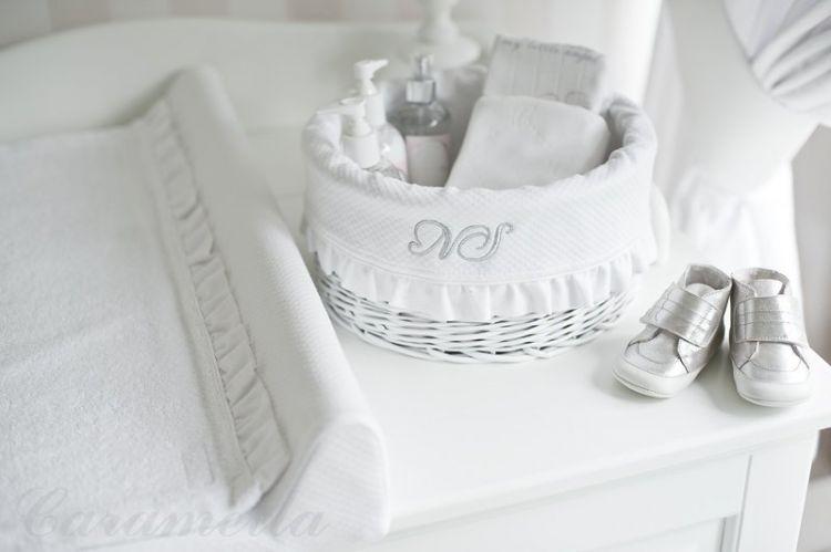 Caramella - Mały, Biały, Okrągły Kosz z Obszyciem Shiny z Falbanką