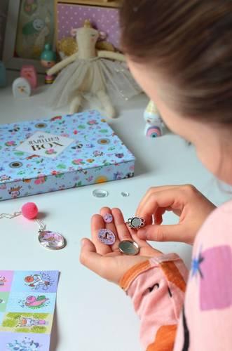 Janod - Zestaw Kreatywny do Tworzenia Biżuterii z Kaboszonami Urocze Zwierzaki 10+